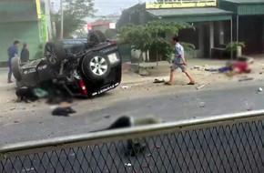 Thanh Hóa: Mất lái, ô tô 7 chỗ lao thẳng vào 2 xe máy rồi lật ngửa bên đường, 4 người thương vong