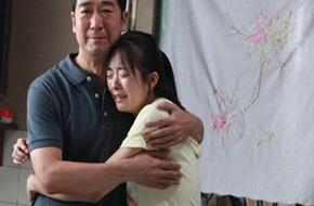 Bố âm thầm chuẩn bị quà tốt nghiệp suốt 12 năm trời, con gái sững sờ, không cầm được nước mắt khi biết đó là...