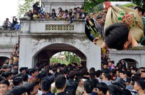 Hàng trăm nam thanh niên lao vào cướp một cái chiếu cói để mong sinh... quý tử