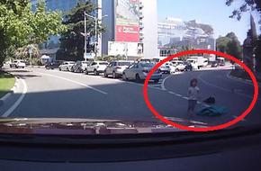Hai con rơi khỏi ô tô, mẹ vô tư lái xe không hề hay biết
