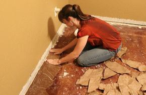 Cô gái xé bìa các-tông dán đầy lên sàn nhà, mọi người lắc đầu ngán ngẩm cho đến khi...