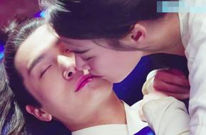 Lén hôn môi rồi ôm nhau ngủ, cặp đôi