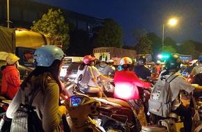 Hà Nội: Đường Đỗ Đức Dục tắc nghẽn hơn 2h, ô tô xe máy 'chôn chân' tại chỗ