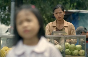 Bài học người mẹ bán trái cây dạo, không được học hành dạy con thật sự khiến ai cũng ngả mũ nể phục
