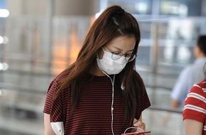 Tỷ phú Triệu Vy lại bị bắt gặp ăn mặc xuề xoà, luộm thuộm ở sân bay