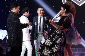 Lệ Quyên - Quang Lê rời ghế nóng, chạy lên sân khấu nhảy múa tưng bừng với thí sinh