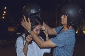 Bán nhà, bán xe để làm phim, Văn Anh - Tú Vi không ngại chở nhau bằng xe máy đi ghi hình