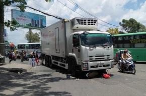 Thai phụ bị cuốn vào gầm xe tải trên đường phố Sài Gòn