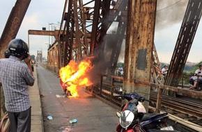 Người phụ nữ hoảng loạn nhảy khỏi xe máy đang bốc cháy trên cầu Long Biên