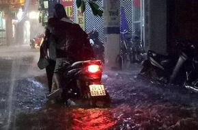 Mưa cực lớn, đường phố Hà Nội ngập úng nghiêm trọng lúc nửa đêm