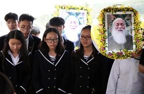 Học sinh nghẹn ngào hát vang bài 'Bài học đầu tiên' trong lễ an táng cố thầy giáo Văn Như Cương