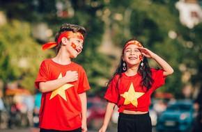 Hừng hực khí thế qua bộ ảnh hai mẫu nhí rủ nhau xuống đường cổ vũ Việt Nam vô địch