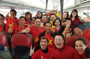 """Quyền Linh, Bình Minh, Hoàng Bách... ngỡ ngàng khi chẳng hẹn mà gặp """"cả showbiz"""" trên chuyến bay tới Thường Châu"""