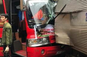 Xe chở 32 học sinh đi du lịch va chạm với xe tải đi ngược chiều, nhiều người hoảng loạn