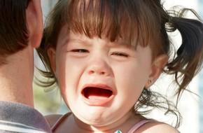 Trẻ hay mè nheo, khóc lóc, ăn vạ đôi khi là do cha mẹ đã mắc phải cách ứng xử sai lầm này