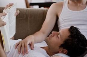 Bất an vì chồng có cử chỉ gần gũi quá mức với anh bạn thân