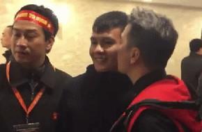 Clip: Đàm Vĩnh Hưng bất ngờ hôn má cầu thủ Quang Hải khi chụp hình chung