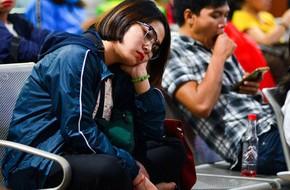 Chùm ảnh: Những giấc ngủ gà gật của người dân chờ xe về quê nghỉ Tết khiến nhiều người nhìn thôi cũng thấy mệt