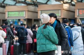 Chùm ảnh: Xúc động những cái ôm bịn rịn nơi sân ga của các cặp đôi phải tạm chia tay về quê ăn Tết