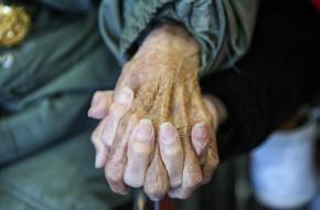 Cái nắm tay thật chặt của cặp vợ chồng già sống với nhau tới