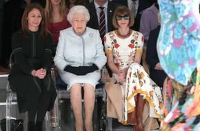 Lần đầu tiên, Nữ hoàng Anh Elizabeth II ngồi hàng ghế đầu dự show thời trang tại Tuần lễ Thời trang London