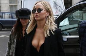 Trong khi người khác co ro vì lạnh, Jennifer Lawrence táo bạo diện váy hở ngực xẻ đùi đầy nóng bỏng
