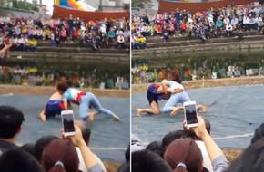 Clip: Cô gái quật ngã 2 đô vật nam ở sới vật Bắc Ninh giữa tiếng hò reo không ngớt