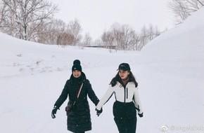 Angelababy cười rạng rỡ nắm tay mẹ chồng đi trượt tuyết