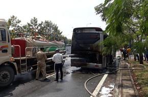 TP.HCM: Đang đi đột nhiên bốc cháy, hơn 10 hành khách hoảng hốt xô cửa xe khách tháo chạy