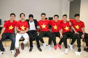 Khoảnh khắc đẹp nhất WeChoice: Bé Bôm cười rạng rỡ giữa dàn cầu thủ U23 Việt Nam