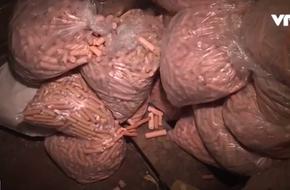 Thâm nhập cơ sở sản xuất xúc xích tiệt trùng mất vệ sinh