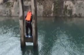 Đắng lòng anh chàng từ bỏ ý định nhảy sông tự vẫn vì lý do hài hước