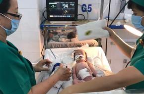 Thai phụ bất ngờ chuyển dạ trên đường xuống Sài Gòn, bé gái vừa chào đời đã bị lòi ruột ngoài ổ bụng nguy kịch