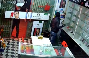 Clip: 'Đạo chích' vác cả bao tải đột nhập cửa hàng điện thoại trộm trong đêm