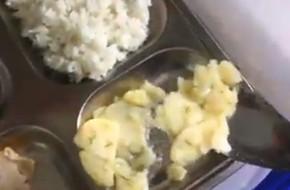 Phụ huynh ngỡ ngàng khi suất ăn trị giá 13.000 đồng của học sinh lớp 1 chỉ có 2 miếng chả và 1 miếng trứng