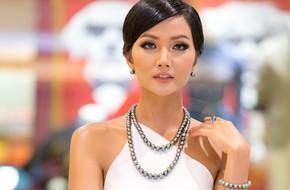 Diện váy trắng tinh khôi, Hoa hậu H'Hen Niê rạng rỡ khoe làn da rám nắng khỏe mạnh