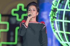 Diện trang phục dân tộc, Hoa hậu H'Hen Niê khoe giọng trước hàng ngàn người