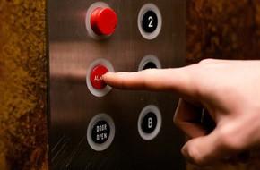 Khi thang máy gặp sự cố, đây là bí quyết sống còn mà bạn cần phải thuộc nằm lòng