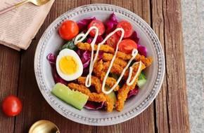 Bữa trưa ngon miệng với món salad bò chiên giòn
