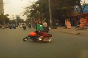 Clip: Bị kẻ gian cướp điện thoại khi đang ngồi sau xe GrabBike, cả tài xế và khách đều ngã ra đường