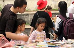 Người Hà Nội hào hứng kéo đến mua sách giảm giá mạnh, chỉ từ 5.000 đồng tại lễ hội sách Mùa hạ