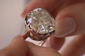 Đính hôn 2 năm rồi người phụ nữ mới biết chồng tặng mình nhẫn kim cương giả, nhưng đây là cách cô ấy