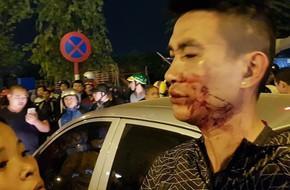 Hà Nội: Hai vợ chồng chở con nhỏ bị hành hung sau va chạm nhỏ với ô tô, lái xe chui trong xe cố thủ