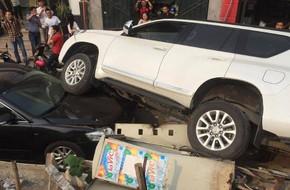 Hà Nội: Xe 4 chỗ đang đỗ dưới đê thì bị xe 7 chỗ rơi trúng đầu