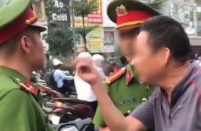 Hà Nội: Thanh niên đi ngược chiều bị nhắc nhở, gia đình xông tới chửi bới, lăng mạ công an