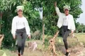 Ai đáng yêu được như H'Hen Niê: Vừa đội bao gạo, vừa đi catwalk trên đường làng