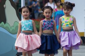 Phố đi bộ Hà Nội cuối tuần 'náo loạn' với dàn mẫu nhí tự tin trình diễn thời trang