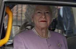 Xôn xao hình ảnh nữ hoàng Elizabeth cười phúc hậu ngồi trong xe chào đón cháu trai chào đời và sự thật đằng sau khiến ai cũng bất ngờ