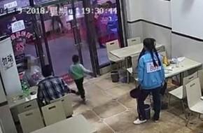 Thai phụ 7 tháng ngáng chân cậu bé 4 tuổi ngã chấn thương đầu nhưng vẫn ngồi thản nhiên ăn uống với chồng