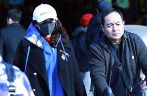 Dương Mịch lại bị chỉ trích vì để bố đẩy vali sau scandal quỵt tiền từ thiện